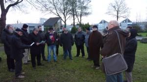 27 décembre 2014 - Recueillement au pied de la plaque en hommage                                                   aux « 42 mineurs envoyés à la mort » par les Houillères